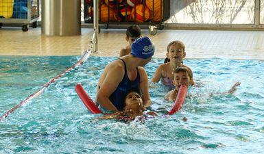 Pforzheimer Kids auf Schwimmkurs